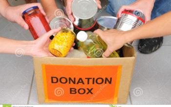 voluntarios-que-ponen-el-alimento-en-rectángulo-de-la-donación-17944677